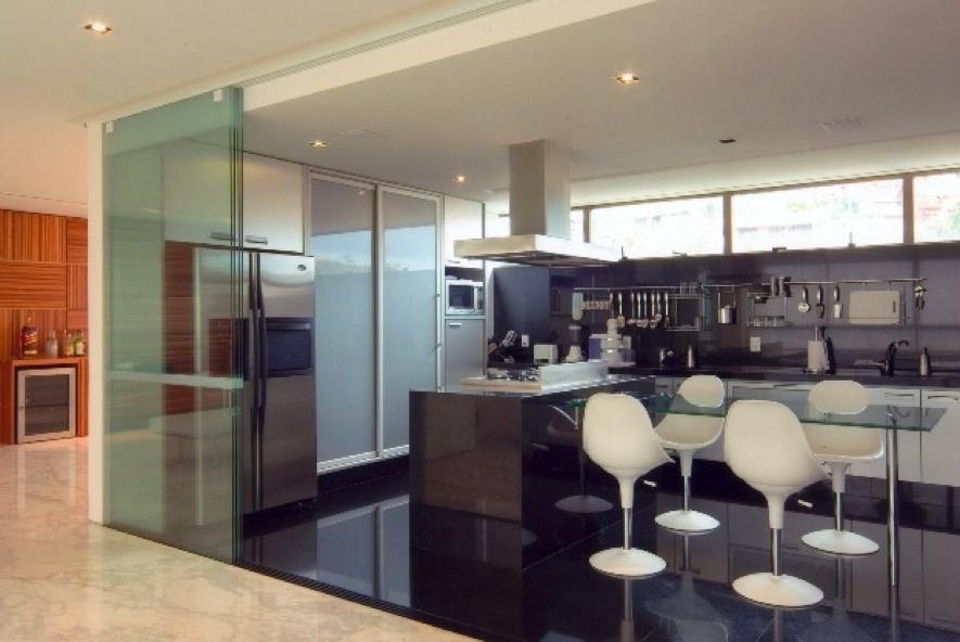 Cozinha gourmet integrada com a sala de jantar